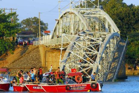 Vụ sập cầu Ghềnh: Đưa máy quét siêu âm rà soát lòng sông