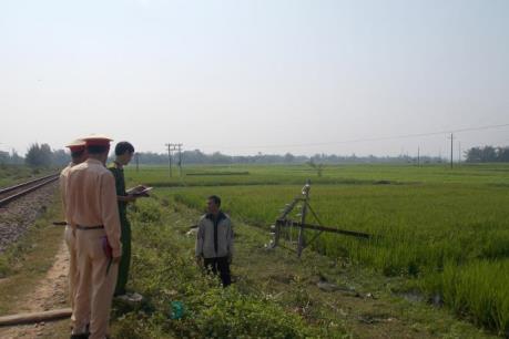 Quảng Nam: Hàng loạt trụ thông tin liên lạc, đường dây tải điện bị đổ do lái xe bất cẩn