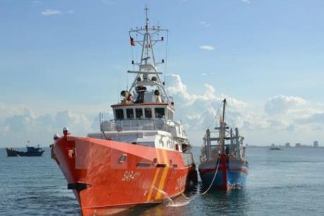 Bình Định: Tiếp cận và lai dắt tàu cá bị nạn vào bờ