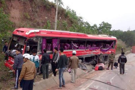 Quảng Ninh: Xe khách lao vào vách núi, 6 người bị thương