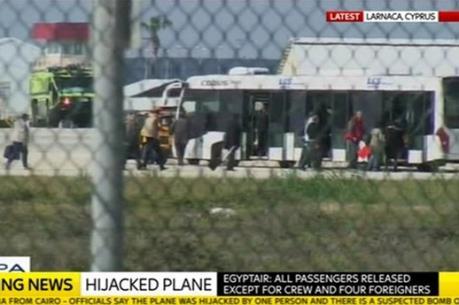 Vụ bắt cóc máy bay Ai Cập: Khoảng 30-40 hành khách đã rời khỏi máy bay