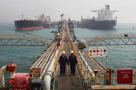 Giá dầu hạ nhẹ bất chấp đồng USD yếu