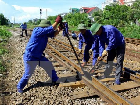 Thông tuyến đường sắt Bắc - Nam đoạn qua Nghệ An sau vụ tai nạn