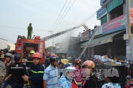 Đồng Nai: Cháy kho phế liệu, hàng nghìn m2 nhà kho bị thiêu rụi