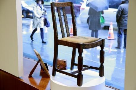 """Ghế của tác giả """"Harry Potter"""" có giá khủng tại sàn đấu giá"""