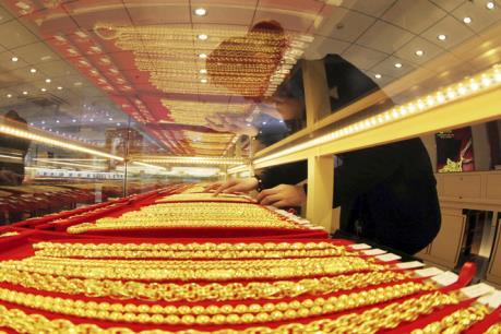 """Giá vàng châu Á ngày 12/4 chạm mức """"đỉnh"""" của ba tuần"""