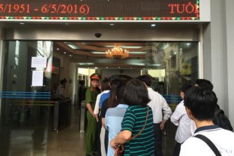 Người dân xếp hàng mua tiền lưu niệm