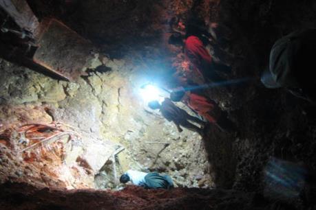 Sập hầm khai thác cao lanh, 2 người thương vong