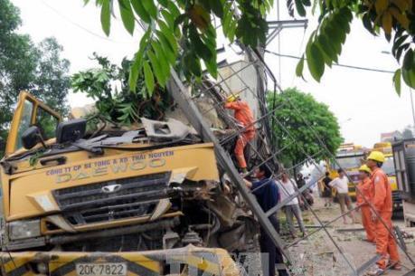 Xe bơm bê tông đâm vào trạm biến áp khiến hơn 300 hộ dân mất điện sinh hoạt