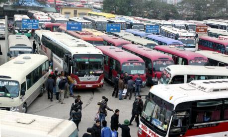 Hà Nội: khách đổ dồn về bến, chen chân chờ xe