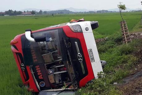 Nghệ An: Lật xe khách làm 1 em bé thiệt mạng, 10 người khác bị thương