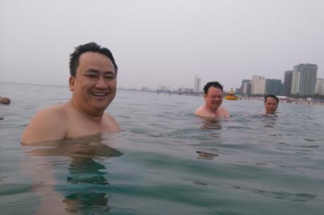 Lãnh đạo sở, ngành Đà Nẵng hào hứng tắm biển cùng du khách