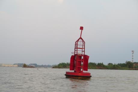 Thí điểm lắp thiết bị giám sát định vị phao tiêu đường thủy