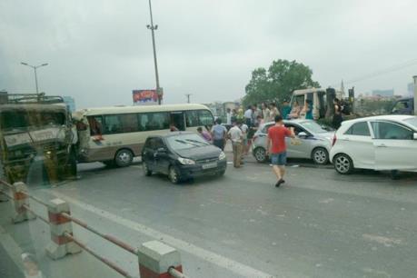 Hà Nội: 6 xe ô tô đâm liên hoàn trên cầu Thanh Trì
