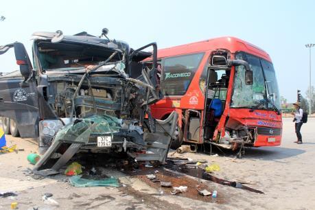 Nghệ An: Xe khách va chạm với xe tải 6 người bị thương nặng