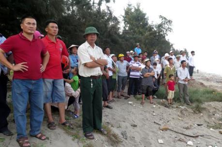 Nam Định: Tìm thấy 2 trong số 3 học sinh bị sóng biển cuốn trôi