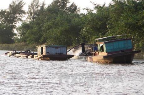 Hà Nội: Bắt giữ nhiều vụ khai thác cát trái phép trên sông Hồng