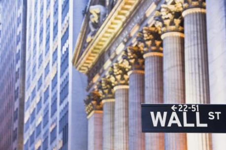 Cổ phiếu của các nhà bán lẻ lao dốc kéo phố Wall đi xuống