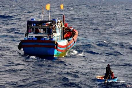 Tàu cá Việt Nam cứu 4 người nước ngoài trên biển
