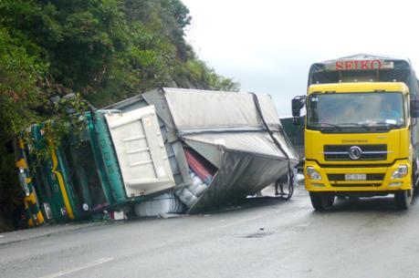 Xe tải nổ lốp lật nghiêng trên quốc lộ 20