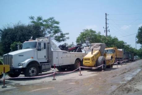 """Thái Bình: """"Giải cứu"""" 3 xe công vụ khỏi vòng vây của xe lu và máy xúc"""