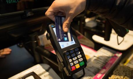 Thanh toán bằng thẻ không tiếp xúc ở Anh đạt giá trị kỷ lục