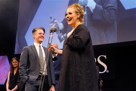 """""""Họa mi"""" Adele được vinh danh Nghệ sĩ của năm tại lễ trao giải Ivor Novello"""