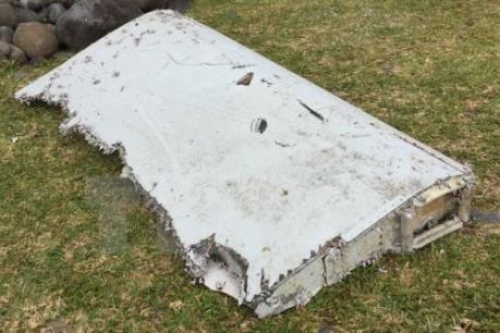 Phát hiện thêm ba mảnh vỡ nghi là của MH370