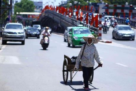 Người dân Thủ đô chật vật chống chọi nắng nóng