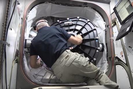 Các nhà du hành lần đầu tiên đặt chân vào ngôi nhà không gian trên ISS