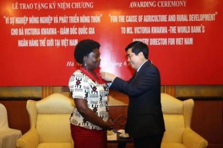 Bộ NN & PTNT trao kỷ niệm chương cho bà Victoria Kwakwa