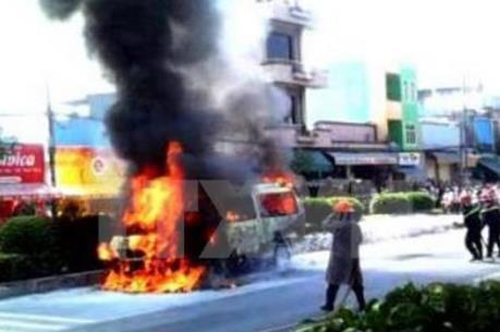 Xe khách bốc cháy trên quốc lộ 1A, hàng chục người thoát nạn
