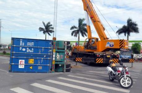 Xe Container lật ngang trên Quốc lộ 10 gây ùn tắc