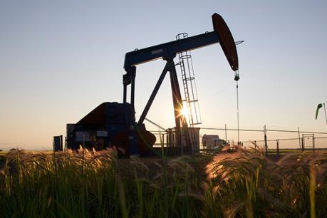 Giá dầu mỏ quay đầu sụt giảm, giá vàng tăng
