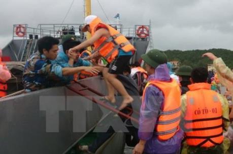 Gần 4.000 du khách mắc kẹt trên đảo Cô Tô