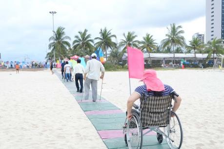 Đà Nẵng đưa vào sử dụng lối lên xuống bãi biển cho người khuyết tật