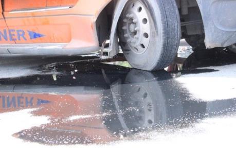 Nữ công nhân bị xe container đâm tử vong khi đang sơn đường