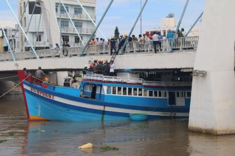 Giải cứu tàu cá mắc kẹt dưới gầm cầu ở Bình Thuận