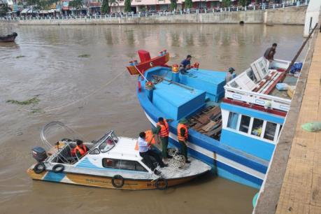 Cứu hộ tàu cá cùng 19 thuyền viên vào bờ an toàn