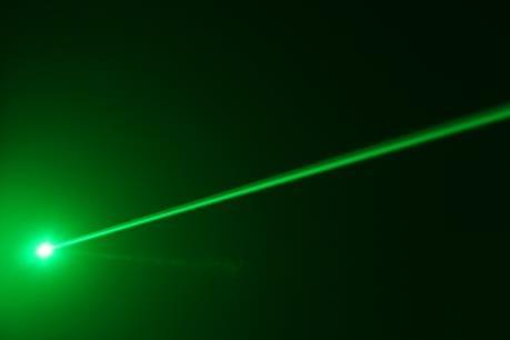 Tia laser chiếu vào máy bay ảnh hưởng thế nào an toàn hàng không?