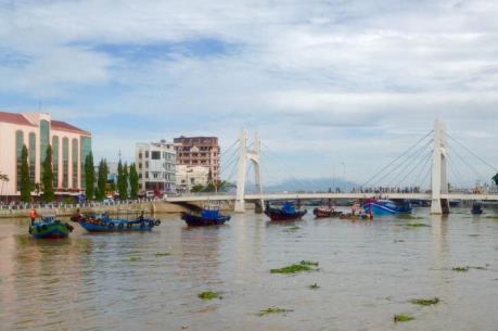 Bình Thuận: Cứu hộ thành công tàu cá mắc kẹt dưới gầm cầu