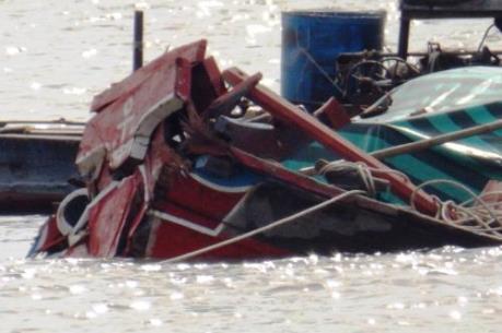 Ghe chở 25 tấn hàng hóa va chạm với tàu biển trên sông Hậu
