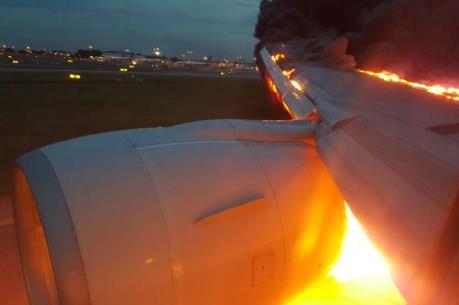 Máy bay Singapore cháy động cơ