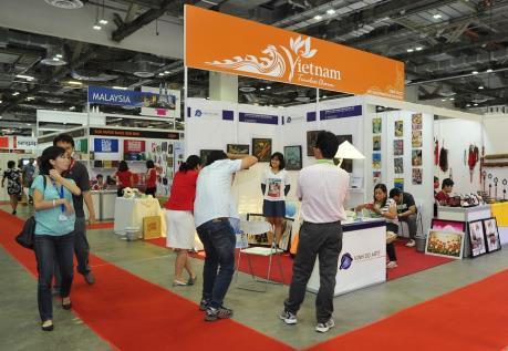 """Nhiều quà tặng độc đáo """"Made in Vietnam"""" thu hút khách hàng Singapore"""