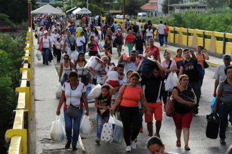 Người Venezuela đổ xô sang Colombia mua nhu yếu phẩm và khám chữa bệnh