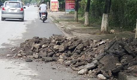 Xe quá khổ, quá tải và nạn đổ trộm phế thải xây dựng lại tung hoành tại Hà Nội