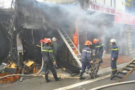 Hỏa hoạn tại cửa hàng bán sắt thép trên phố Đê La Thành, Hà Nội