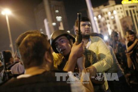 Vụ đảo chính tại Thổ Nhĩ Kỳ: 30 binh sĩ đầu hàng cảnh sát