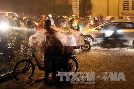 Dự báo thời tiết: Chiều tối khu vực Hà Nội có mưa dông, đề phòng tố lốc và gió giật mạnh