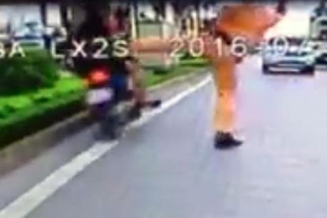 """Sự thật sau clip Cảnh sát giao thông """"đá"""" người đi xe máy vi phạm"""
